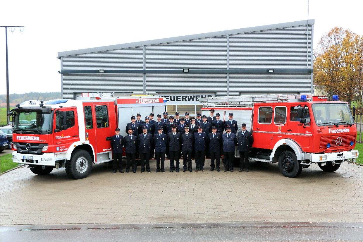 HLF 10 und ausgemustertes LF 16 mit Mannschaft Abt. Altburg